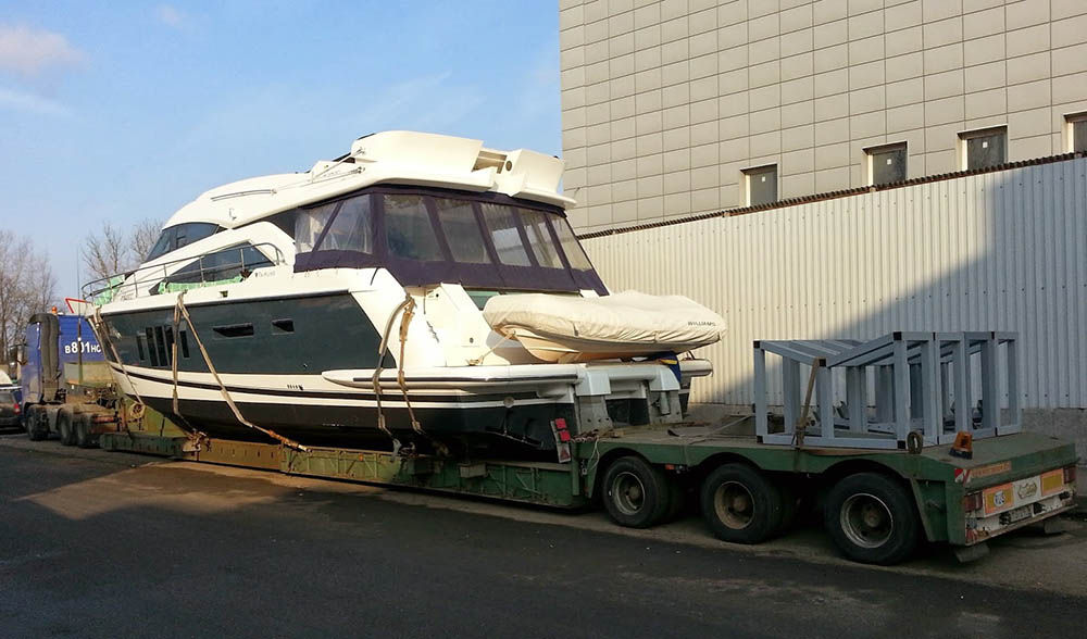 Процесс перевозки яхты